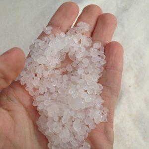 Meresool pärineb soolasoodest või veekogudest. Pildil soolakristallid Surnumerest.