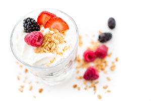 Maitsestamata jogurtile saab maitset anda marjadega.