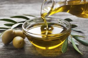Külmpressitud oliiviõli küpsetamisel ja salatites aitab saada kasulikke toitaineid LCHF toitumiseks.