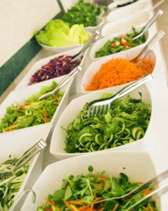 Buffee lauas on taldriku täitmist hea alustada salatiga, et vältida ülesöömist.