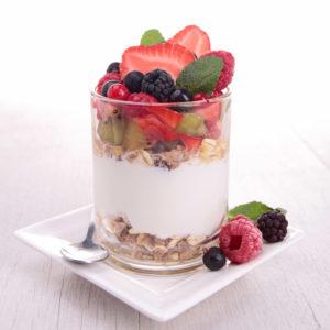 Jogurt, puuviljad ja marjad koos täisteraviljaga moodustavad probiootilise tervisliku magustoidu.