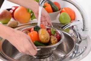 Pestitsiidide eemaldamiseks tasub juur- ja puuvilju korralikult sooja vee all pesta.