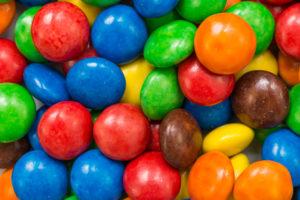 E-aineid, mida looduslikult ei esine, näiteks erksaid toiduvärve, tasub vältida.