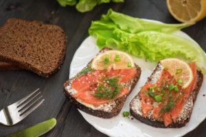 Täisteraleib lõhe või rasvase kalaga annab vajalikke oomega-3-rasvhappeid.