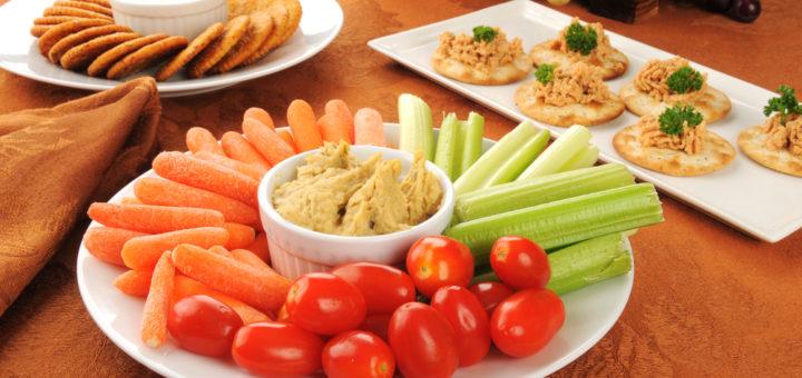 Köögiviljad hummusega on tervislikud suupisted peolauale või vahepalaks.
