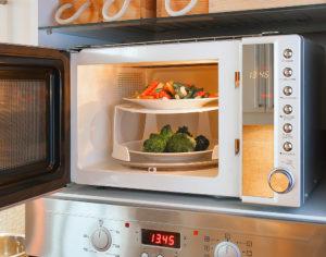 Köögiviljade kiire küpsetamine mikrolaineahjus tagab väikese vitamiini ja kiudainete kao.