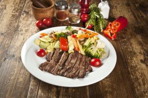 Tervislik lõunasöök sisaldab taldrikureeglit järgides poole taldriku ulatuses köögivilju.