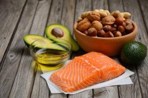 Tähtis roll organismi puhastamisel on headel rasvadel, mida sisaldavad kala, pähklid, seemned ja avokaado.