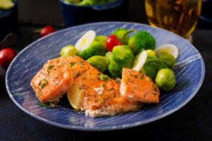 Brokoli sisaldab rohkelt K-vitamiini ja lõhes olevad rasvhapped aitavad sellel imenduda.