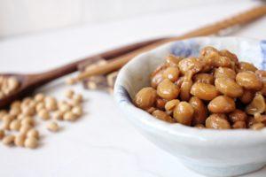 Nattō ehk fermenteeritud sojaoad on ainus taimne toiduaine, mis sisaldab vitamiini K2, ning seega on nende söömine eriti soovituslik veganitele.