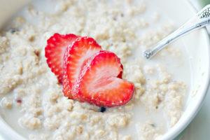 Maasikas leiduv C-vitamiin aitab kaerahelvestes sisalduval raual hõlpsamini imenduda.