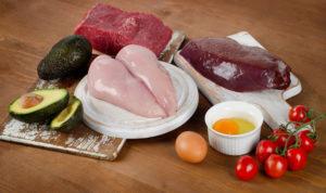 B3-vitamiini leidub rohkelt kanalihas, veiselihas, maksas ja munades.