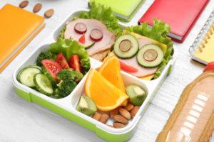 Koolilapsel võiks kotis kaasas olla puuvili ja veidi pähkleid ning kodus oodata maitsev ja tervislik võileib või muu kerge toit.