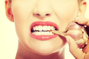 Küüslaugule iseloomulikust lõhnast vabanemiseks soovitatakse pärast söömist juua vett, piima või sidrunivett.