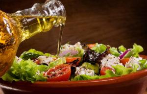 Oliiviõli aitab salatile lisada kasulikke rasvu, mida keha vajab.